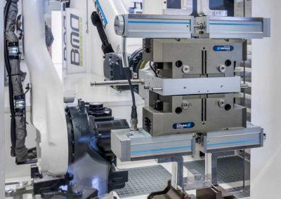 BMO Automation Roboter bestückt die Spannvorrichtung unter Verwendung der Option des «BMO Gripper Pressure Control System» zur dynamischen Programmierung der Spannkraft für jedes Werkstück.