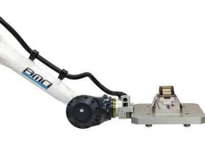 BMO Automation Roboterarm mit Greifer, der mittels Palettenkupplung eine Spannpalette mit Nullpunktspannsystem und montiertem Werkstück greift