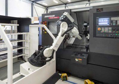 BMO Automation Platinum 24 Frontloader belädt die Horizontal-Drehmaschine mit Y-Achse PUMA 2100SY von Doosan (Detail)