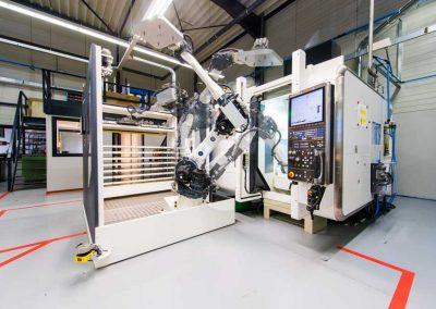 Langzeitbelichtung mehrerer Etappen der Beladung eines 5-Achsen-Bearbeitungszentrums der Serie VARIAXIS-i von Mazak durch einen Platinum 50 Frontloader von BMO Automation