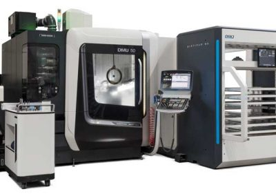 Das 5-Achs-BAZ DMG MORI DMU 50, automatisiert mit dem Platinum 50 Sideloader von BMO Automation - Ansicht links vorn