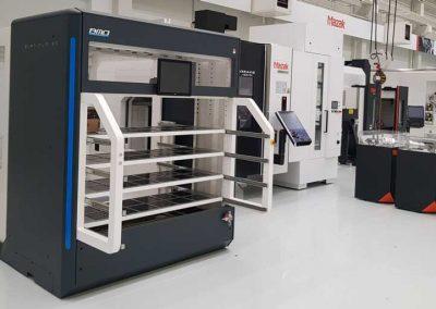 Der BMO Automation Platinum 50 Sideloader bestückt ein Mazak VARIAXIS 5-Achs-Bearbeitungszentrum