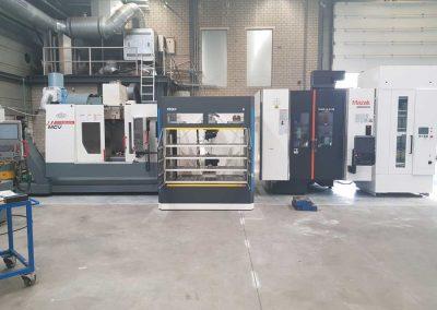 BMO Automation Platinum 50 Sideloader belädt zwei Werkzeugmaschinen gleichzeitig: Ein VARIAXIS 5-Achs-Bearbeitungszentrum von Mazak und ein Drei-Achs-Bearbeitungszentrum MCV 1016 Quick von KOVOSVIT MAS