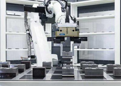 BMO Automation Roboter greift aus dem Rastergitter der Werkstückschublade positionierte lose Einzelteile zur Beschickung der Werkzeugmaschine