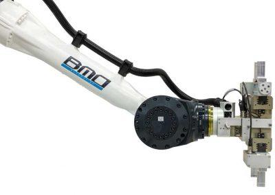 BMO Automation Roboterarm mit Doppelgreiferlösung als Servo-2-Finger-Parallelgreifer (Seitenansicht)
