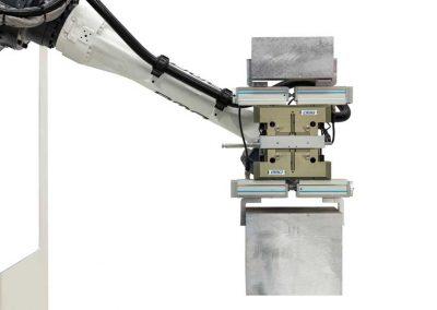 BMO Automation Roboterarm mit Doppelgreiferlösung als Servo-2-Finger-Parallelgreifer und Rohteil (Vorderansicht)