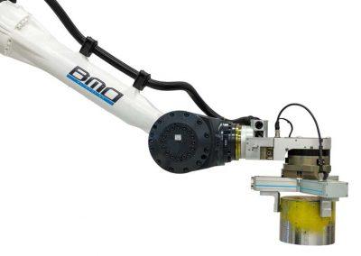 BMO Automation Roboterarm mit Servogreifer als 3-Finger-Zentrischgreifer und Rohteil
