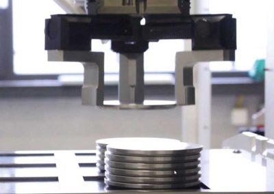 BMO Automation Zentrischgreifer stapelt runde Werkstücke