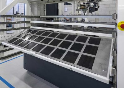 Zur Steigerung der Ergonomie sind die Werkstückschubladen von BMO Automation zur Bestückung in eine geneigte Arbeitsposition fahrbar