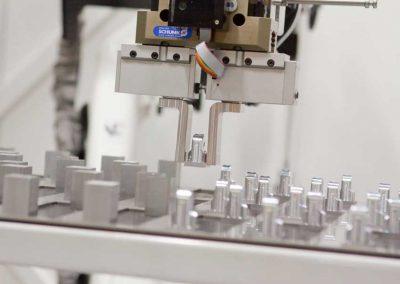 Ein beliebiges Sortiment unterschiedlicher Teile kann auf dem platzsparenden Schubladensystem von BMO Automation für die Bearbeitung in der CNC-Maschine bereitgestellt werden