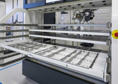 Leere Werkstückschublade von BMO Automation ohne Abdeckung mit Rastergitter zeigt flexibel einstellbare Querteiler der Schubladengefache